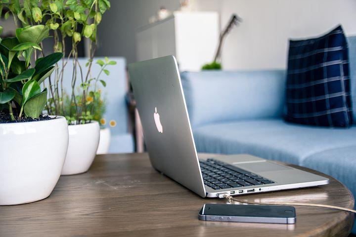ordenador-portatil-sobre-mesa-abierto-en-espera