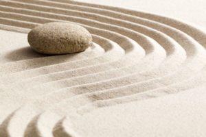 piedra-rodeada-de-olas-arena