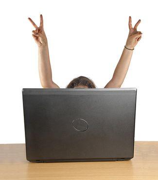 brazos-extendidos-con-gesto-de-victoria-cara-oculta-tras-pantalla-de-portatil