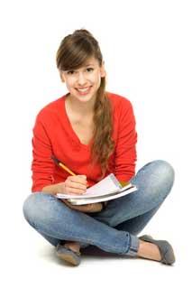 Joven-sentada-en-el-suelo-escribiendo-en-una-libreta