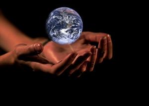 manos-sosteniendo-bola-del-mundo-como-deseo-de-quien-comienza-a-escribir