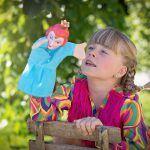 niña-con-marioneta-en-un-campo-jugando