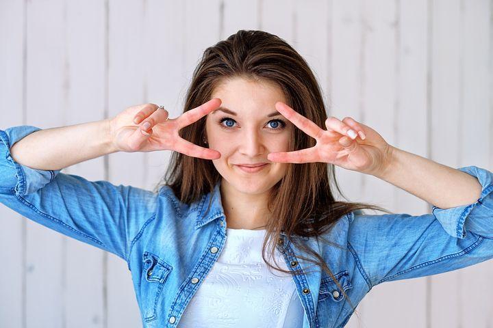 chica-señalando-la-mirada-con-los-dedos