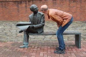 hombre-divertido-hablando-con-una-estatua