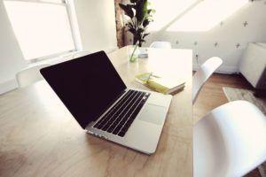 ordenador-sobre-mesa-en-oficina