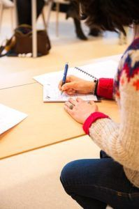 chica-sentada-en-escritorio-escribiendo