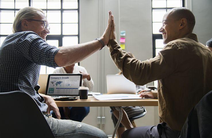 hombres-trabajando-dandose-apoyo-chocando-las-manos