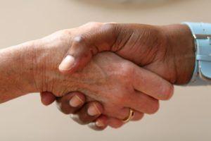 manos-estrachándose-acuerdo