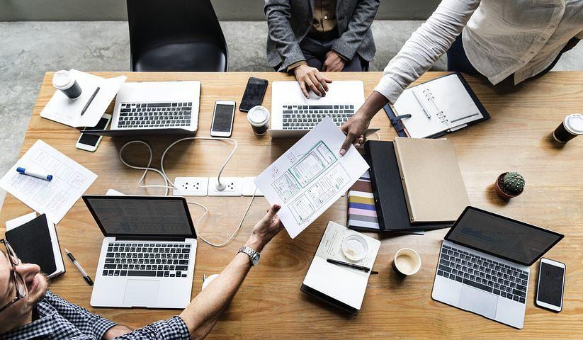 equipo-ordenadores-personas-trabajando-juntas-en-un-despacho