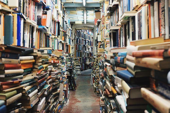 galería-de-libros-amontonados-a-ambos-lados