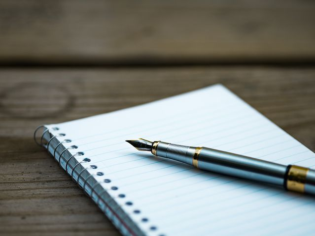 libreta-con-bolígrafo-sobre-él