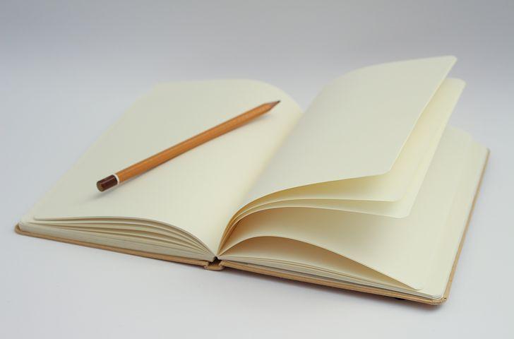 libreta-en-blanco-con-lapiz-sobre-el