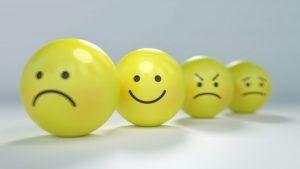 bolas-amarillas-de-caritas-expresivas