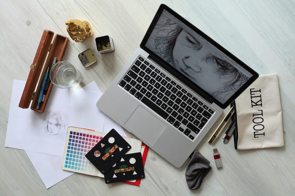 ordenador-con-elementos-de-diseño-grafico