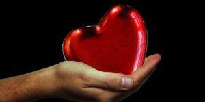 mano-sosteniendo-un-corazón