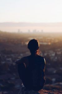 mujer-de-espaldas-mirando-al-horizonte