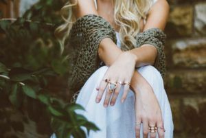 foto-de-perfil-original-de-chica-sentada-con-chal-en-un-jardín
