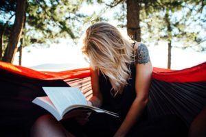chica-leyendo-en-campamento