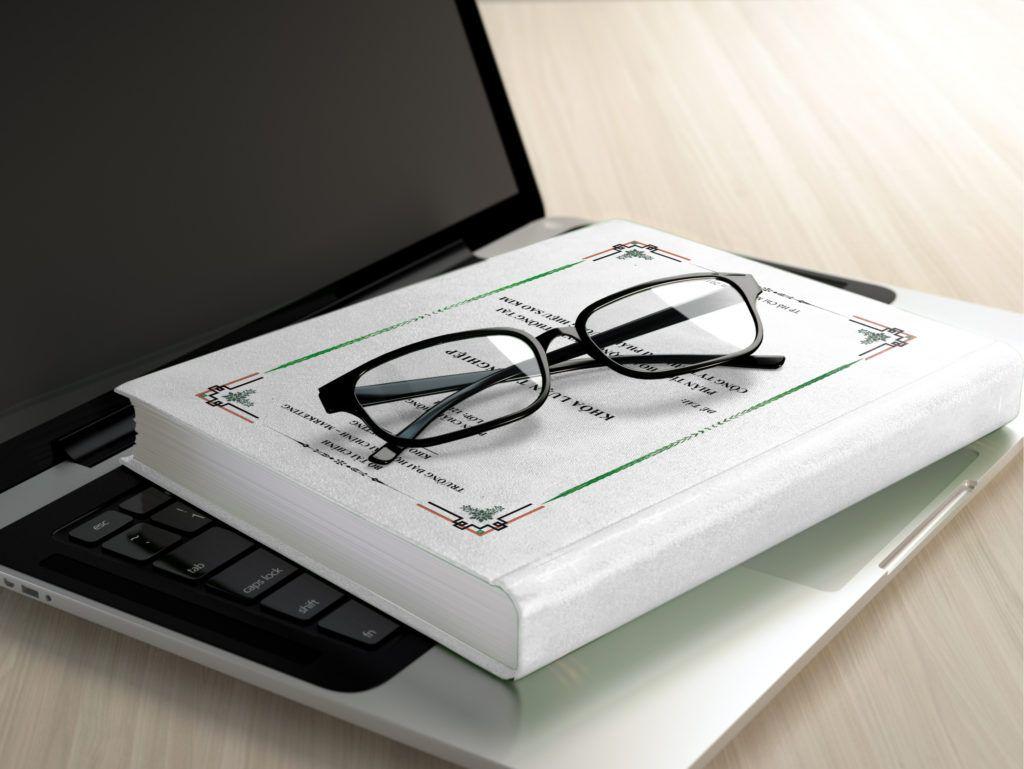 ordenador-gafas-y-libro