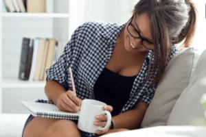 chica-tomando-cafe-escribiendo