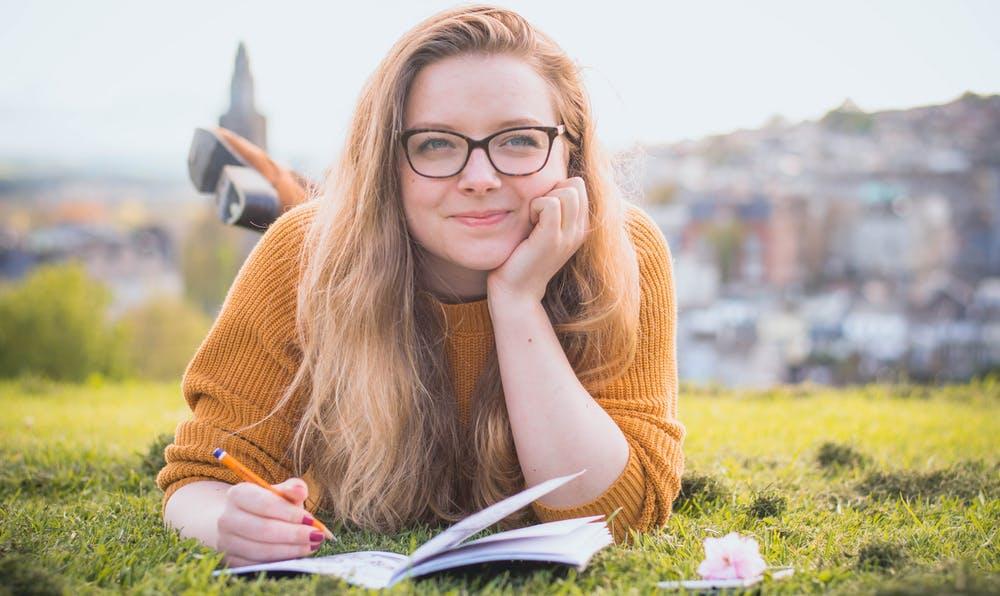 joven-sobre-hierba-sonriente