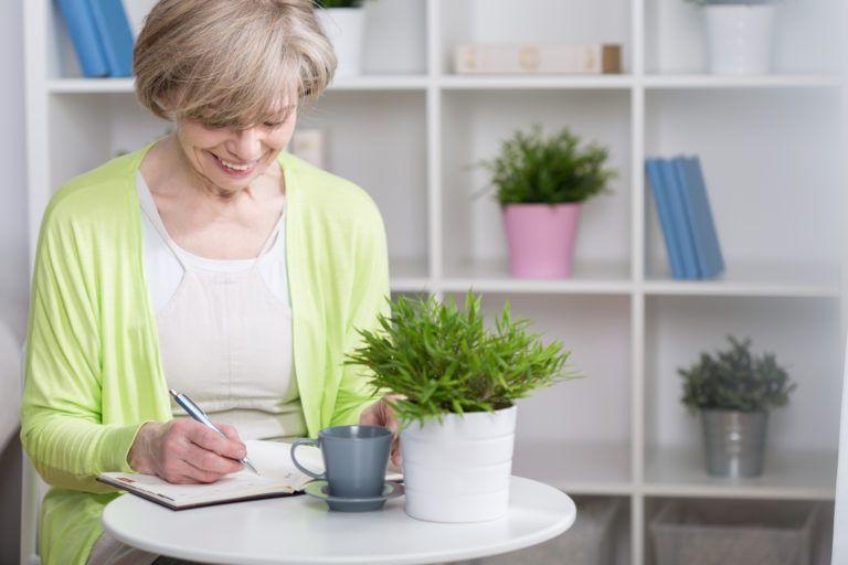mujer-sentada-escribiendo