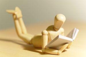 muñeco-madera-leyendo