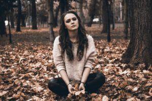 chica-sentada-bosque
