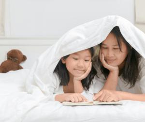 mamá-hija-jugando-a-leer-en-la-cama
