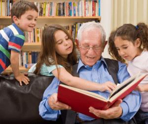 Abuelo-contando-cuento-a-nietos
