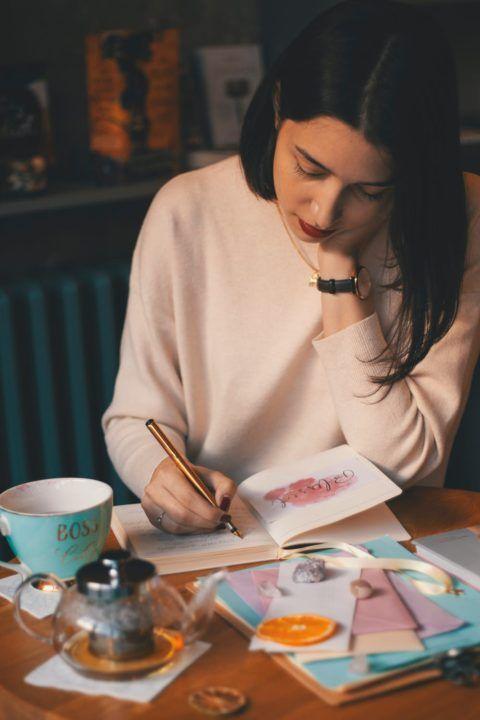 joven-escribiendo-a-mano