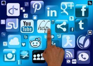 cuadro-azul-con-símbolos-de-redes-sociales