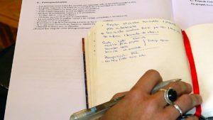 mano-con-boligrafo-sobre-libreta-con-esquema-resumen
