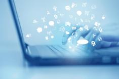 stock-photo-58375562-concepto-de-las-redes-sociales-a-una-mujer-utiliza-un-teclado-de-ordenador