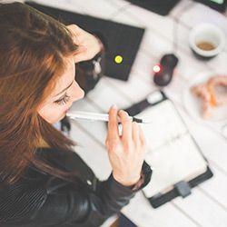 chica-pensando-con-lapiz-en-la-boca-que-escribir-en-su-agenda-mejorar-su-creatividad-y-creando-un-avatar