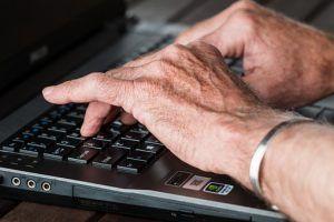 manos-escribiendo-sobre-teclado-de-ordenador
