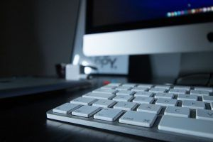 teclado-ordenador-en-gris-sueño-de-bloqueo-del-escritor