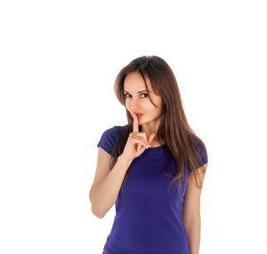 chica-con-dedo-en-los-labios-en-actitud-de-silencio-secretos-de-bloqueo-del-escritor
