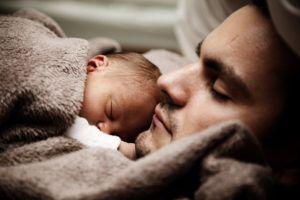 perfil-original-de-hombre-recostado-con-un-bebé-en-su-pecho