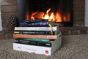 pila-de-libros-frente-a-una-chimenea
