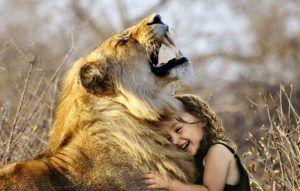 leon-con-niña-disfrutando