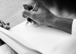 foto-mano-escribiendo-como-ayudar-al-personaje-con-su-miedo-a-expresarse