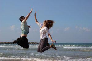 pareja-saltando-chocando-manos