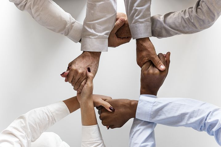 manos-unidas-entrelazadas