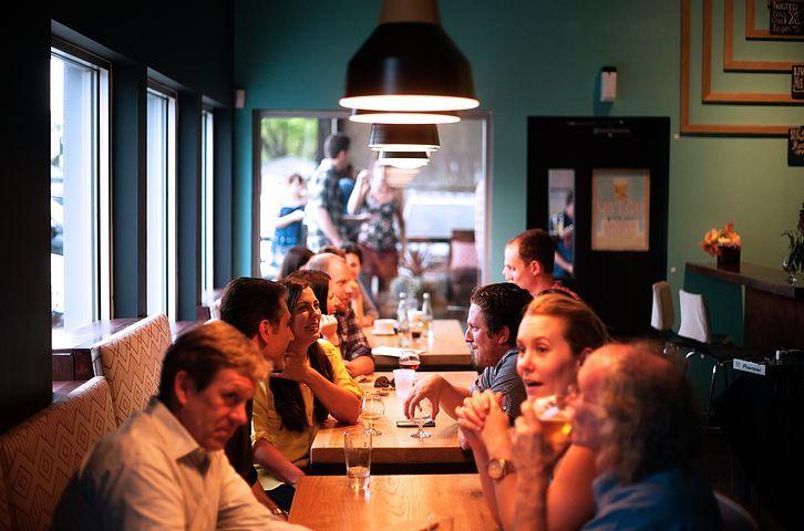 mesa-comedor-con-compañeros-sentados-y-compartiendo
