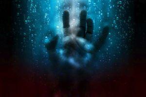 mano-bajo-el-agua-con-sensación-de-ahogo